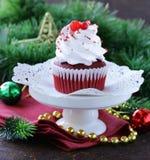 Feestelijke rode fluweel cupcakes Kerstmis Stock Fotografie