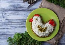 Feestelijke salade in vorm van kip, symbool van het jaar van 2017 Stock Afbeelding