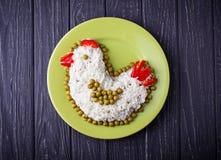Feestelijke salade in vorm van kip, symbool van het jaar van 2017 Royalty-vrije Stock Foto's