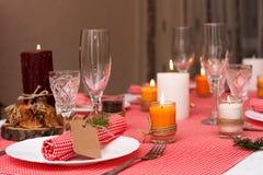 Feestelijke samenstelling met kaarsen en platen De decoratie van de lijst Het servet op de plaat A Stock Afbeeldingen