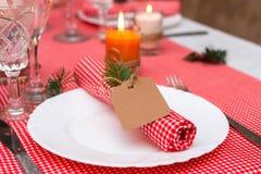 Feestelijke samenstelling met kaarsen en platen De decoratie van de lijst Het servet op de plaat A Stock Afbeelding