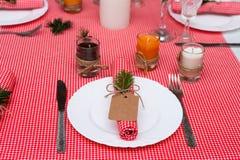 Feestelijke samenstelling met kaarsen en platen De decoratie van de lijst Het servet op de plaat A Stock Foto's