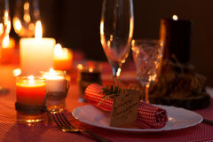 Feestelijke samenstelling met kaarsen en platen De decoratie van de lijst Het servet op de plaat Een mooie lijst die, rode lijstd Royalty-vrije Stock Foto's