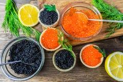 Feestelijke sandwiches met rode en zwarte kaviaar Gezond en smakelijk voedsel stock afbeelding