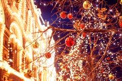 Feestelijke verlichting in de straten van de stad Kerstmis in Moskou, Rusland Rood vierkant stock afbeelding