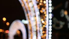 Feestelijke verlichting in de straten van een grote stad stock video