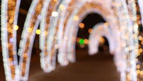 Feestelijke verlichting in de straten van een grote stad stock videobeelden