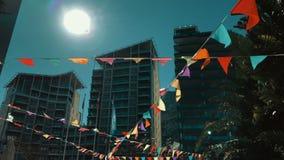 Feestelijke vlaggen die in openlucht hangen stock video
