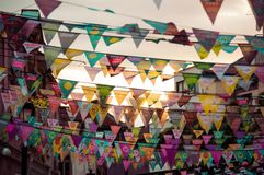 Feestelijke vlaggen over de straten royalty-vrije stock fotografie