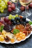 Feestelijke voorgerechten - kazen, verticale vruchten en jam, Stock Fotografie