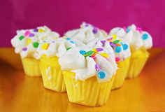 Feestelijke witte cupcakes op een plaat Stock Afbeelding