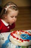 Feestvarken dat uit kaarsen blaast Stock Foto's