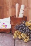 Feet herbario y manos con las flores de la margarita Cuidado natural de la belleza Fotografía de archivo libre de regalías