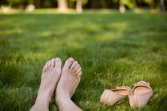 Feetmshoes de la mujer que se colocan cerca Imagen de archivo libre de regalías