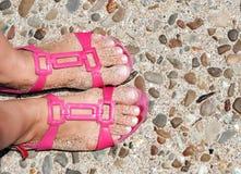 Feets auf Sandelholzen Stockfotos
