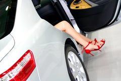 Feets de la coqueta en el coche Foto de archivo