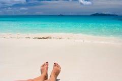 Feets sulla spiaggia bianca Immagine Stock