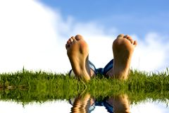 Feets sur l'herbe. Image stock