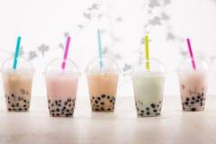 Fefreshing冰了与珍珠粉珍珠的乳状泡影茶在塑料 免版税库存照片