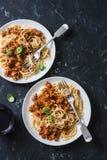 Feg bolognese spagetti och exponeringsglas av rött vin på mörk bakgrund, bästa sikt Läcker lunch i en medelhavs- stil, överkant V Royaltyfri Bild