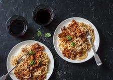 Feg bolognese spagetti och exponeringsglas av rött vin på mörk bakgrund, bästa sikt Läcker lunch i en medelhavs- stil, överkant V Arkivfoton