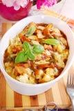 Feg eldfast form för curry med blomkålen och potatisen Arkivfoton