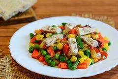 Feg filé och blandad grönsakragu på en vit platta och en trätabell Enkel feg grönsakragu arkivbilder