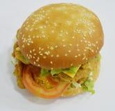 Feg hamburgare - stor saftig hamburgare på vit bakgrund - brännboll Arkivfoto
