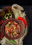 Feg lever för stek med grönsaker på träbakgrund Fotografering för Bildbyråer
