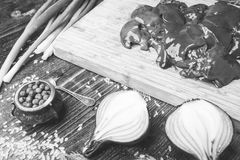 Feg lever, lök och varm peppar på en träbakgrund Royaltyfri Foto