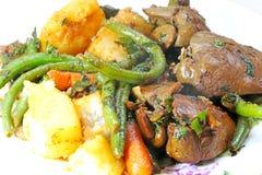 Feg lever stekte med grönsaker på en maträtt på tabellen royaltyfri bild