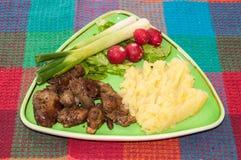 Feg lever tjänade som med mosade potatisar, lökar och rädisor royaltyfria foton