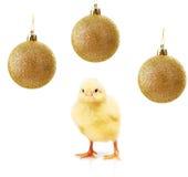 Feg liten guling och guld- julbollar som isoleras på vit Royaltyfri Fotografi
