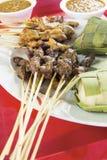 Feg Mutton Satay med Ketupat och jordnötsås royaltyfria foton