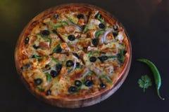 Feg ostbristningspizza arkivfoto