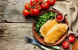 Feg schnitzel med ost eller cordon bleu med grön sallad royaltyfri bild
