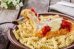 Feg schnitzel med tomatsås och mozzarellaen Royaltyfria Bilder