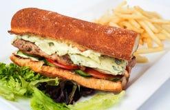Feg smörgås med stekt potatisar och sås Royaltyfria Bilder
