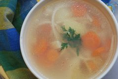 Feg soppa med grönsaker och nudlar close upp Top beskådar Royaltyfri Bild