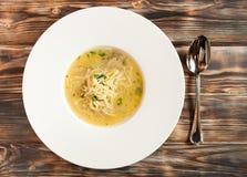 Feg soppa med nudlar och grönsaker i den vita bunken Arkivfoton