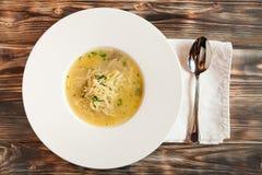 Feg soppa med nudlar och grönsaker i den vita bunken Fotografering för Bildbyråer