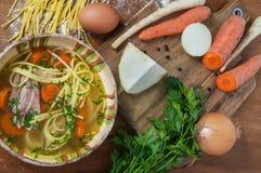 Feg soppa med nudlar på den lantliga trätabellen Arkivbilder