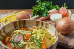 Feg soppa med nudlar på den lantliga trätabellen Royaltyfria Foton