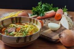 Feg soppa med nudlar på den lantliga trätabellen Royaltyfria Bilder