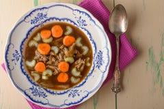 Feg soppa på den gamla tappningtabellen med morötter och selery överst Arkivbild