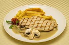 feg steak Feg biff med grillad potatisar och champinjonsås arkivfoto