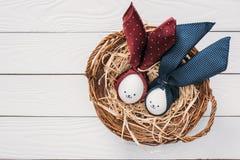 Fega ägg för påsk med smileys och kaninöron i rede Royaltyfria Foton