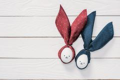 Fega ägg för påsk med smileys och kaninöron på trätabellen Arkivbild