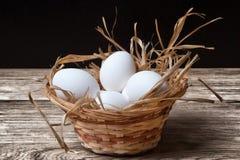 Fega ägg för vit i korg Royaltyfria Bilder