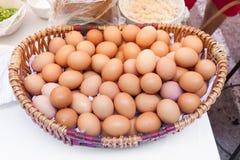 Fega ägg i en korgisolat på vit bakgrund royaltyfri foto